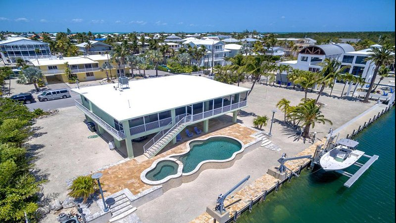 Venetian Shores Jewel on wide and deep canal with easy access to bay and Snake Creek.