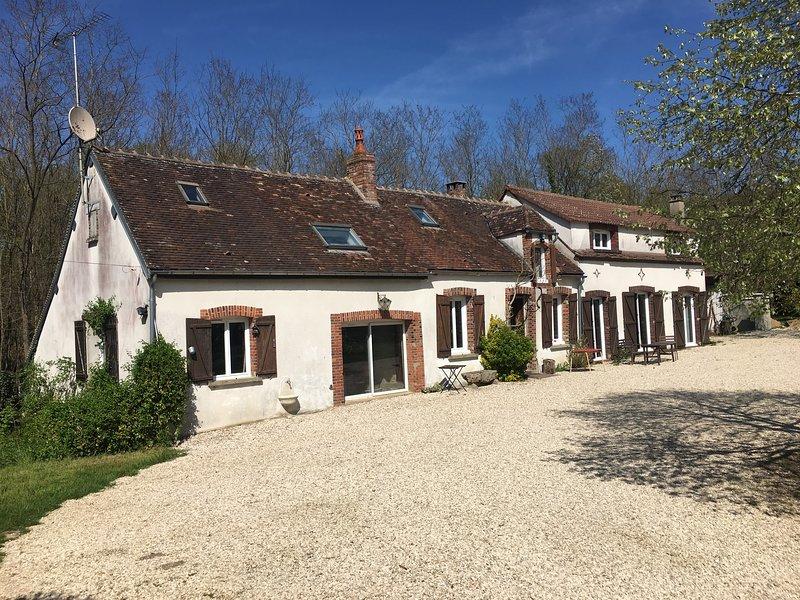 La Celle Saint Cyr - gîte en pleine nature - piscine l'été, holiday rental in Villiers-sur-Tholon