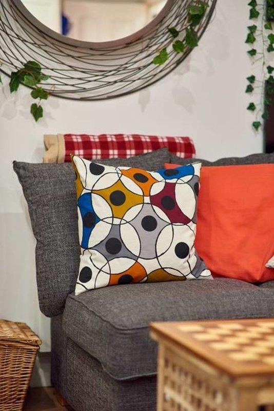 Los colores cálidos y los patrones de llevar a la sala de estar a la vida.