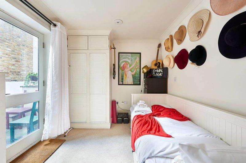 El segundo dormitorio tiene acceso al patio privado ...