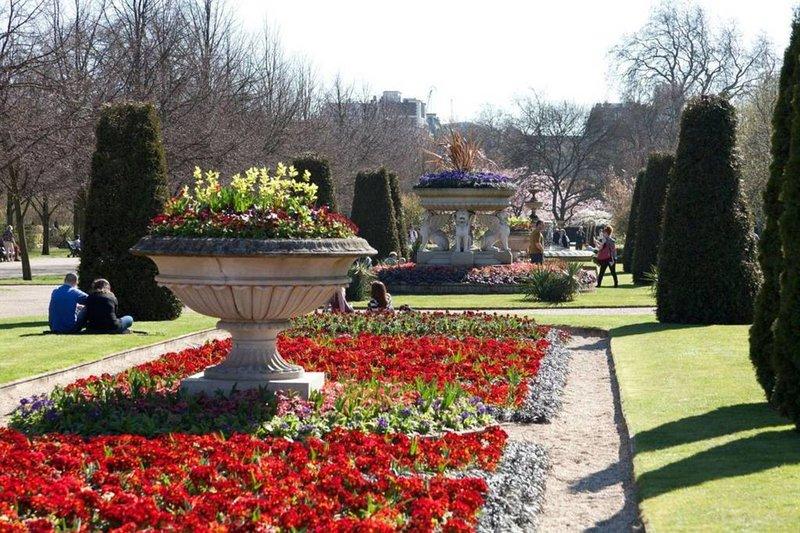 Estás justo en el centro de Londres con sitios como el Parque Regent en ...
