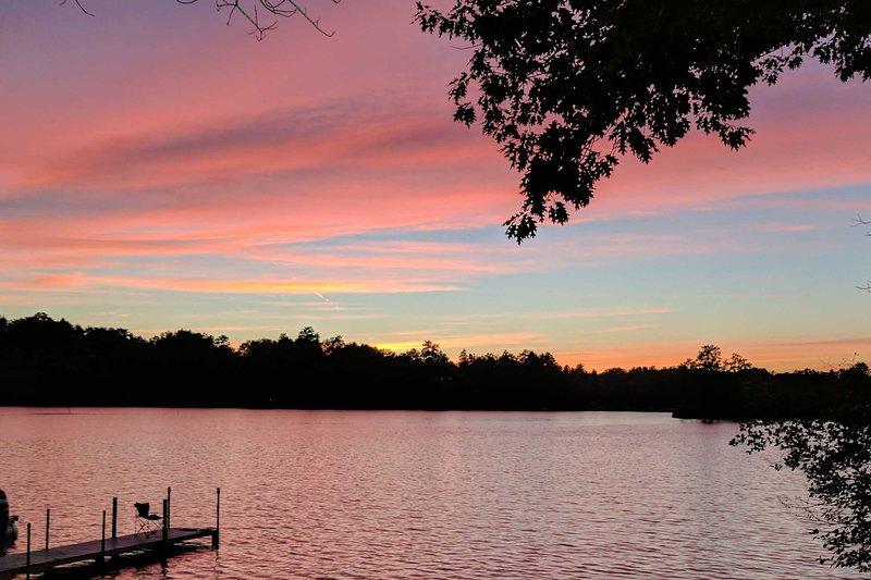 Le ciel de coton bonbons a donné le ton pour vos vacances au bord du lac.