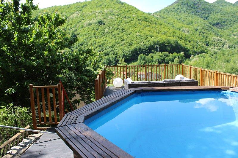 Gite du soleil avec piscine 7 adultes et 2 enfants, location de vacances à Beget