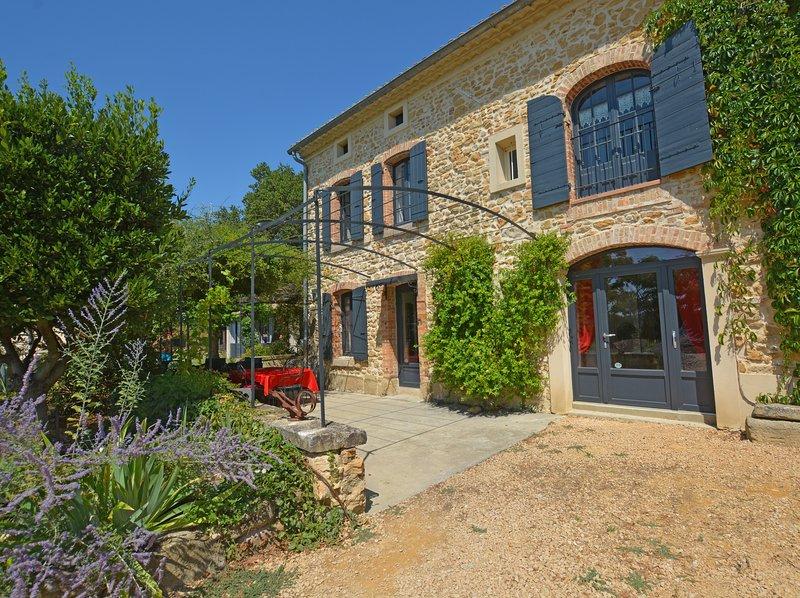 Spacious villa with swimming-pool, aluguéis de temporada em Camaret-sur-Aigues