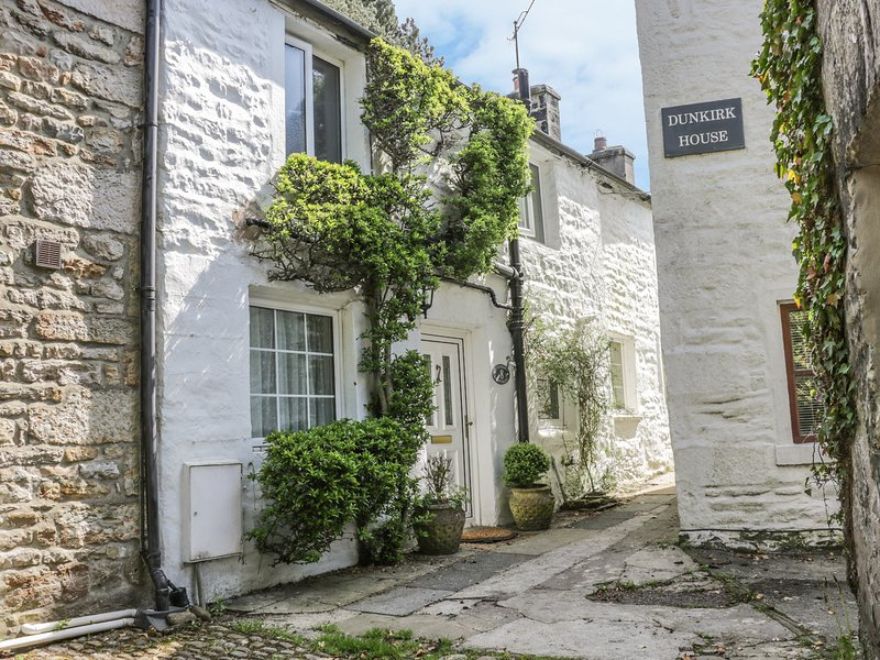 8 STONEGATE, 17th century cottage, exposed beams, woodburner, Smart TV, in Low, vacation rental in Wennington