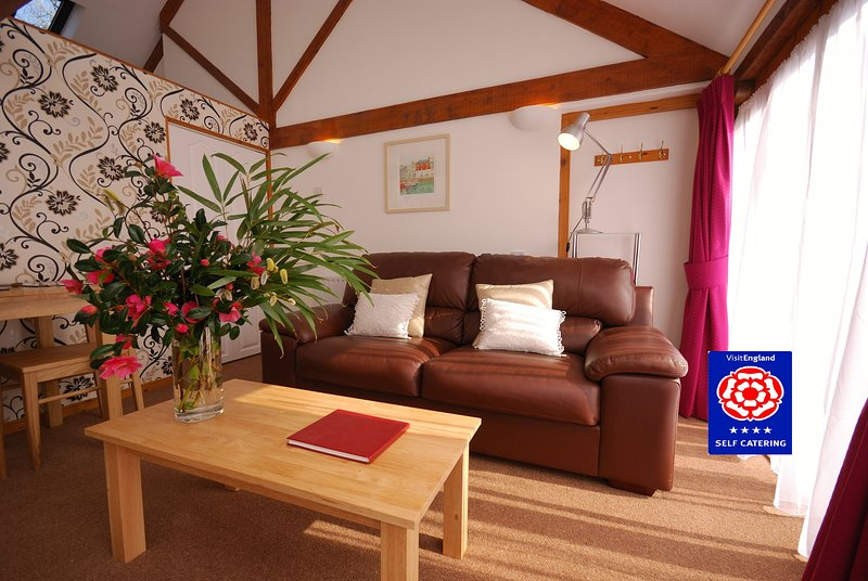 Bowgie 4* barn by a sunny courtyard - in a sheltered valley near the N Coast, casa vacanza a St Newlyn East