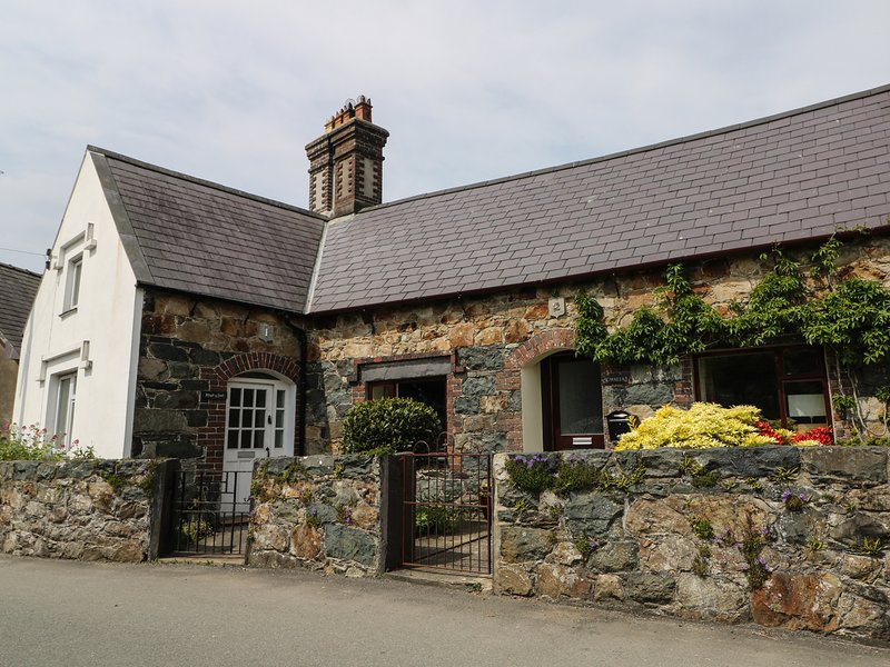 2 CRESCENT, Grade II listed, WiFi, TV, Wood burner, Ref. 982812., vacation rental in Dinas Dinlle