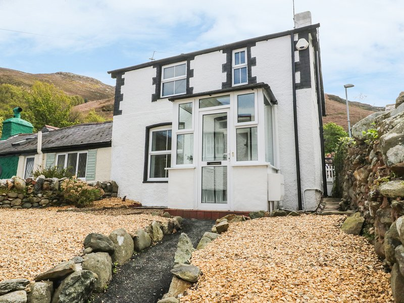 4 BRON RALLT, in Snowdonia, pet-friendly, WiFi, holiday rental in Rowen