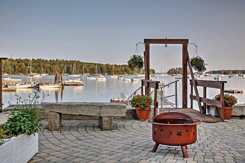 Disfruta del acceso a este muelle junto al agua, donde puedes ver los barcos navegar.