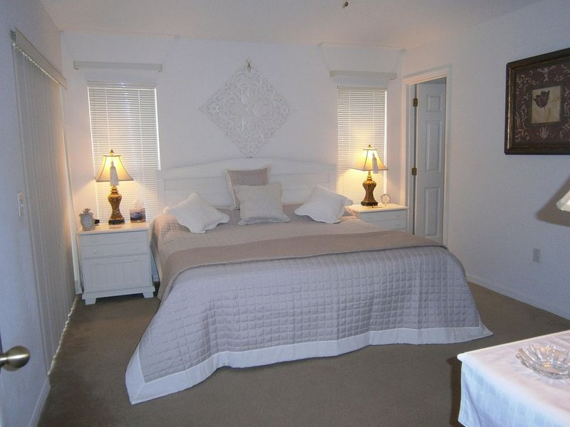 """Master 1 bed met en-suite aan prachtig ingericht met 42"""" HDTV bundelen."""