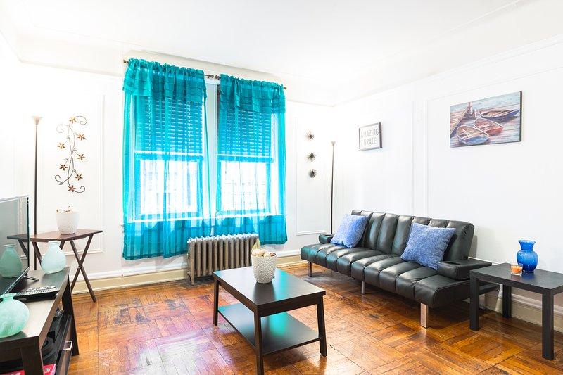 A sala de estar está configurado para a abundância de espaço para se socializar, se reunir e se divertir.