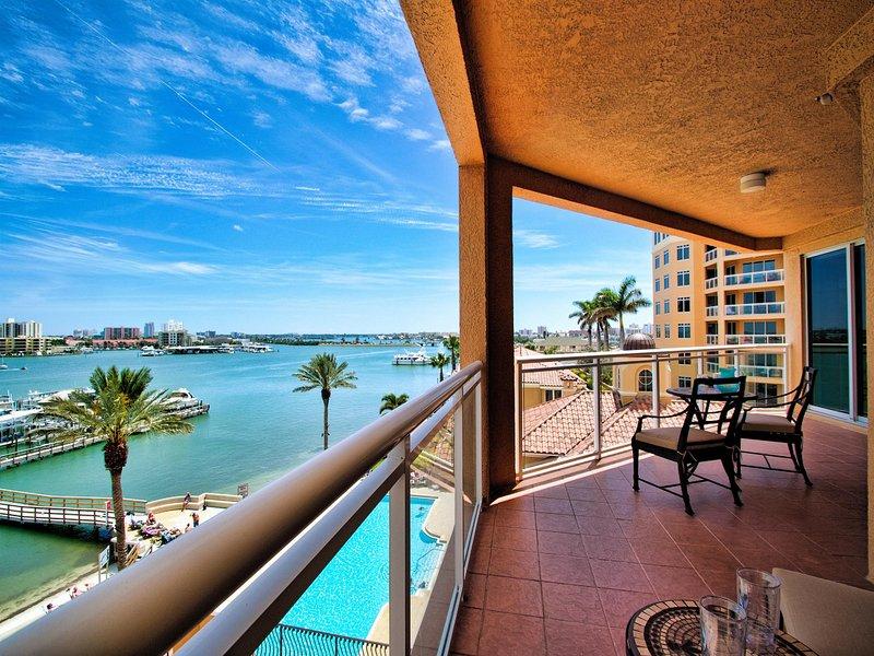 Balcón con vistas a la zona de la piscina.