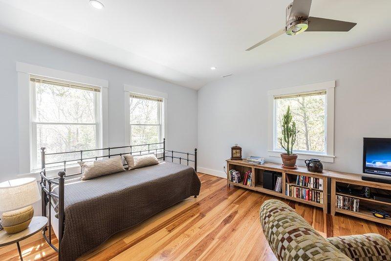 El espacio del sueño segundo nivel en la sala de estar, baño en este nivel