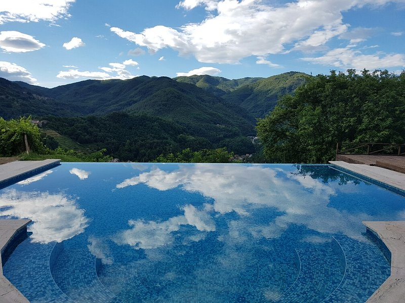Stunning secluded Tuscan Home and Private Infinity Pool with Roman steps, holiday rental in Bagni di Lucca