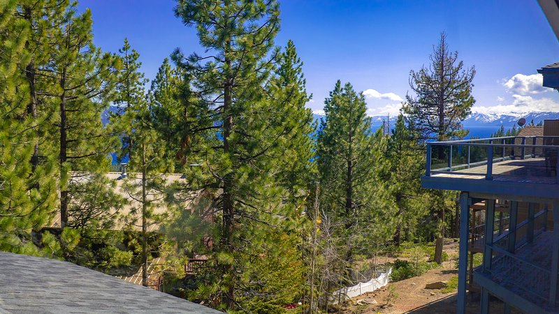 Vista dal pianerottolo al piano superiore per la master suite, guardando oltre Lake Tahoe. La natura ti circonda.