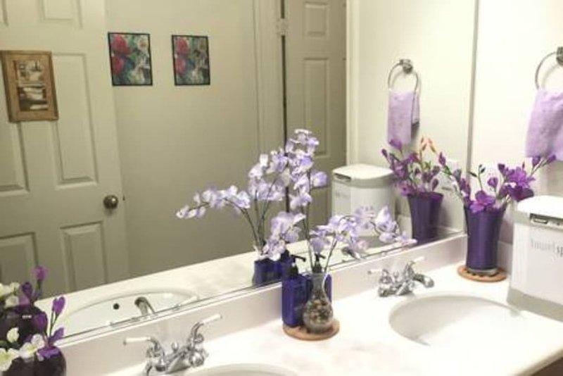 El retrete está delicadamente decorado en púrpura / lavanda