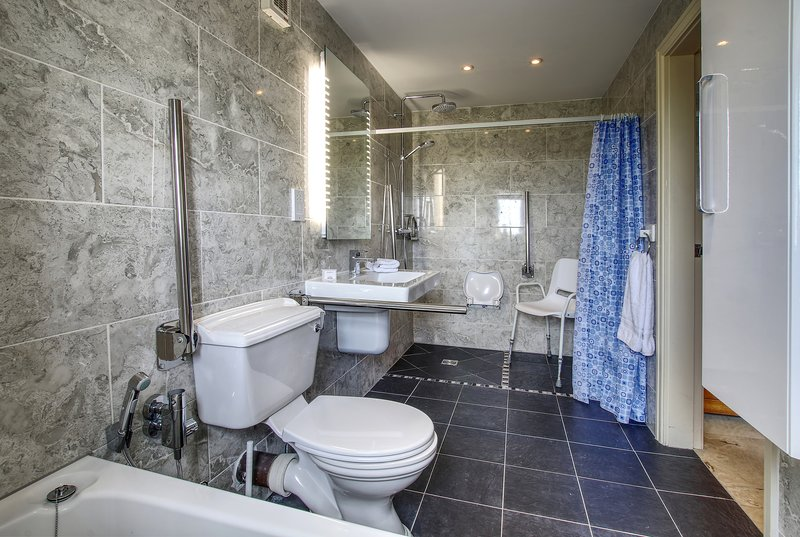 Espaciosa, planta baja, recientemente reformado, baño con bañera / ducha con funciones de movilidad con estilo