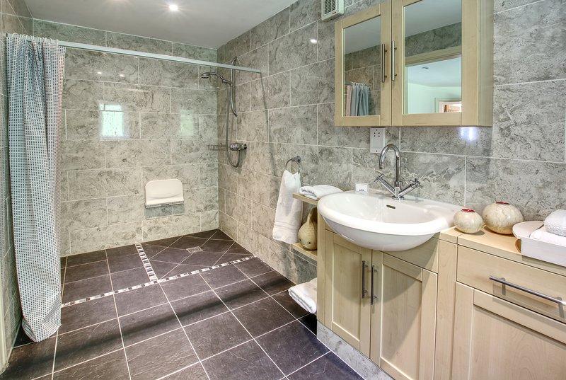 Espaciosa planta baja, recién reformado de baño habitación húmeda.