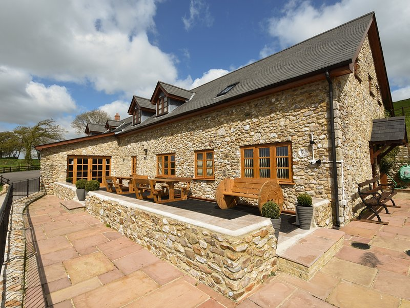 THE BARN, smart and stylish detached house on a large farm with hot tub, and, holiday rental in Colyford