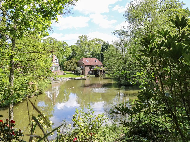 MISWELLS COTTAGES - LAKE VIEW, maisonette, raised decking in woodland setting, alquiler vacacional en Danehill
