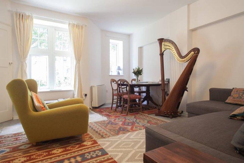 Das Wohnzimmer. Es ist schön und hell und ruhig.