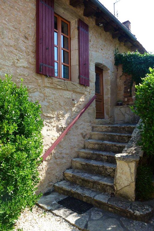 l'entrée privative du gite en pierre traditionnelle de Dordogne