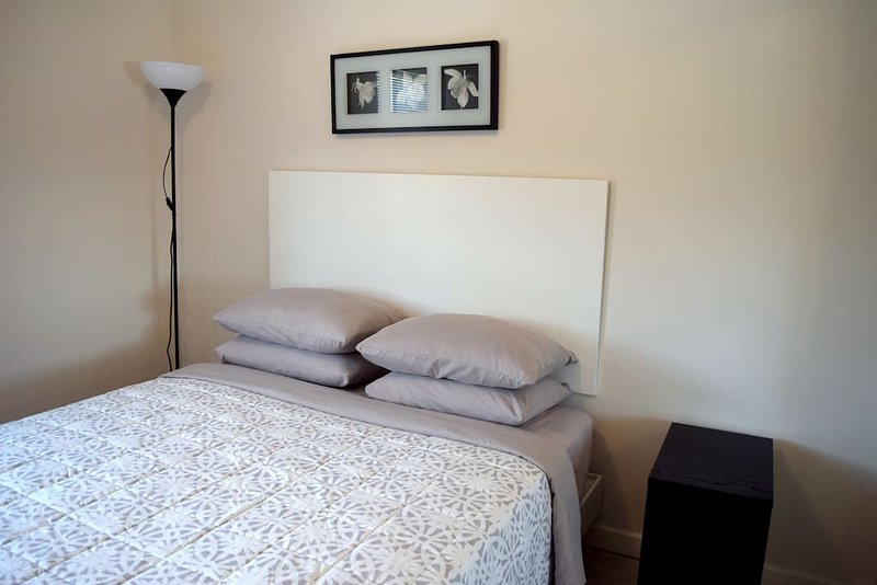 Modern studio #3 - Queen bed, location de vacances à Windsor