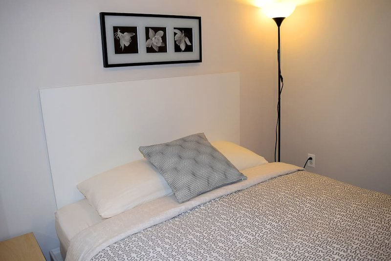 Modern studio #4 - Queen bed, vacation rental in Harper Woods