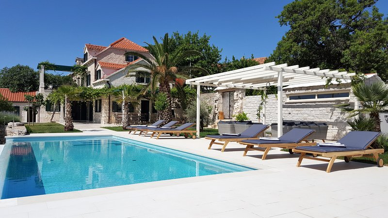 An 200 years old, completely renovated stone house has a 40 sqm big infinity pool.