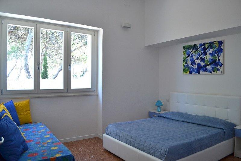 Rum med eget badrum och trädgård med utsikt över havet
