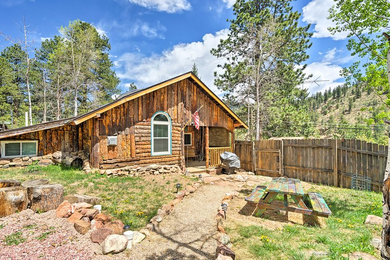 Rustic Log Cabin w/ Studio ~5 Mi to Pikes Peak!, vacation rental in Green Mountain Falls