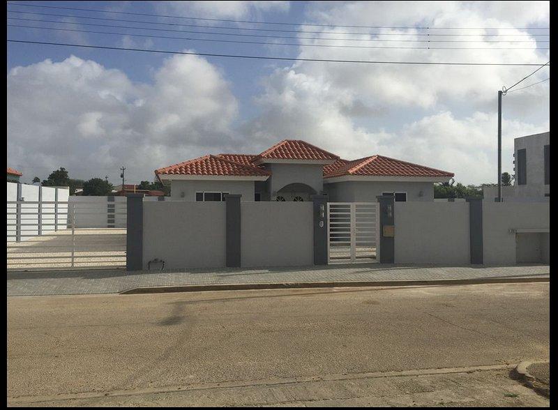 Linda y Amplia Casa en Oranjestad, vacation rental in Oranjestad