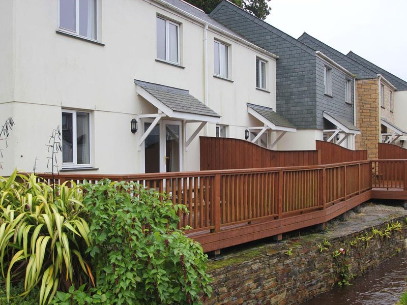 FOX'S WALK, terraced home with on-site tennis courts, large communal gardens, Ferienwohnung in Maenporth