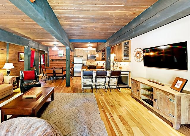 Updated Creekside West Vail Condo w/ Private Deck, Gas Grill - On Bus Route, holiday rental in Minturn