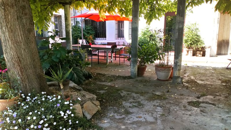 Chambres luxueuses petite Camargue 10' d'Arles, vacation rental in Fourques