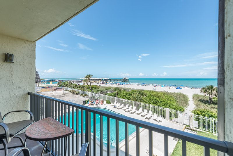 Beautiful Direct Oceanfront Views - Next to Pier - Fully Renovated, alquiler vacacional en Cocoa Beach