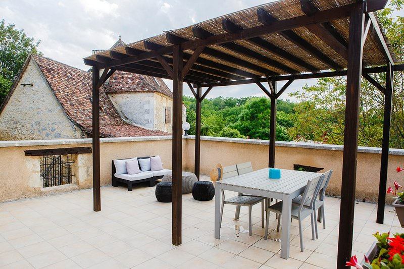 Holiday cottage in Lembras- private terrace, shared pool, location de vacances à Campsegret