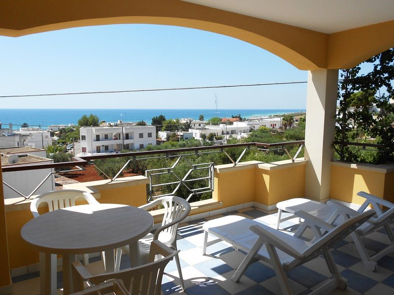 Canarina front beach attic, holiday rental in Pescoluse