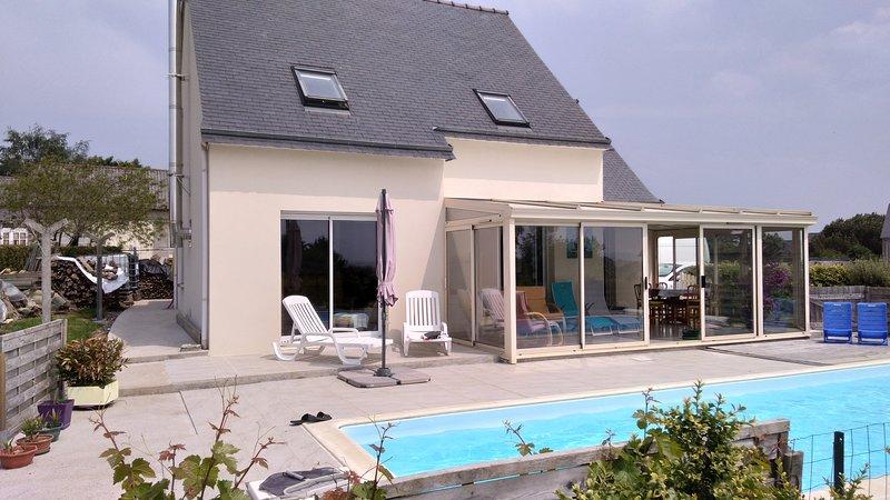 Frente da casa com varanda e piscina aquecida