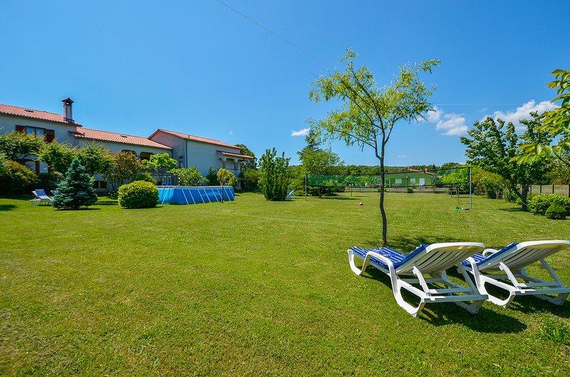 Villa Daisy auf 3000m2 Hof ausgestattet mit Bar und Pool, Billardtisch, PS4, Massagesessel, ein Volleyballfeld
