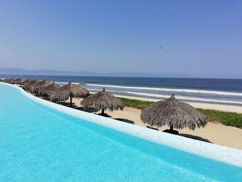 Uitzicht op het strand van het zwembad