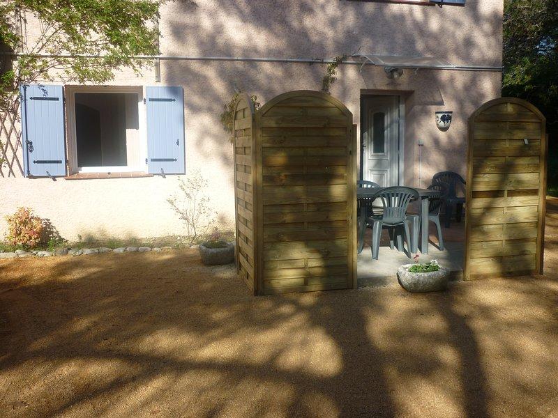 Gîte avec piscine au calme Entre vignes et oliviers, aluguéis de temporada em Logrian-Florian