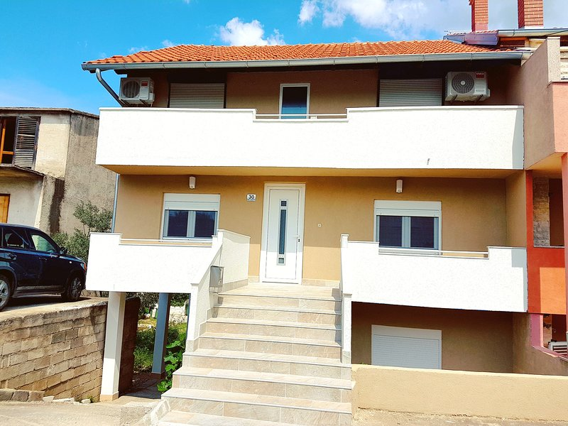 Apartement 8 person- 2 Bedroom - 1 kitchen with dining room - 1 bathroom, holiday rental in Vodice