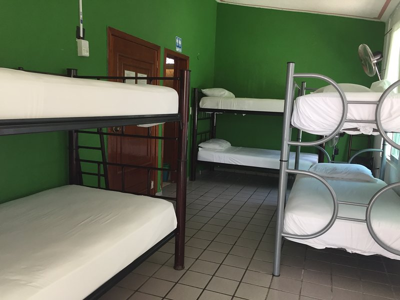 Habitación para 6 personas, holiday rental in Bacalar