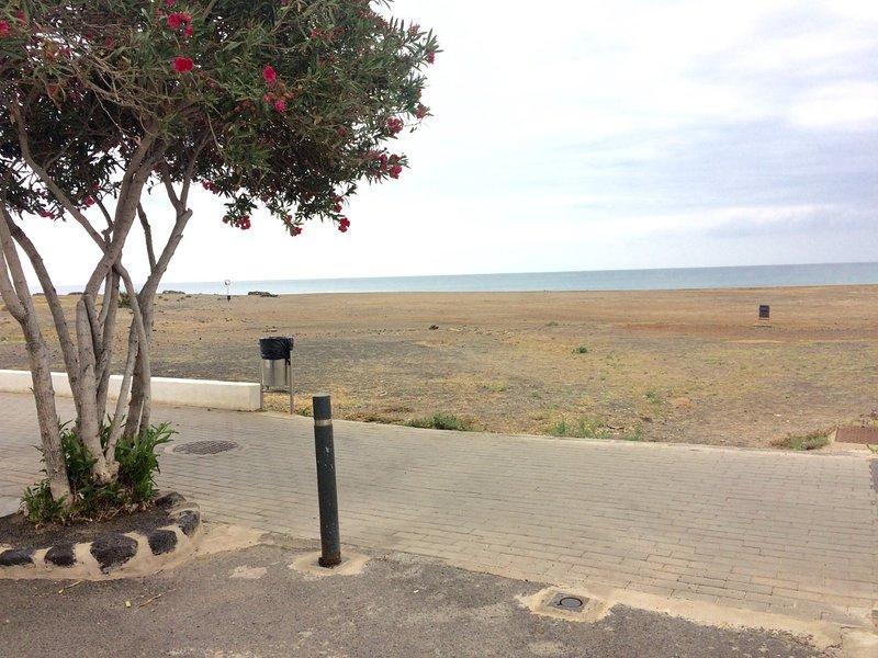 Playa situada a unos metros del complejo.