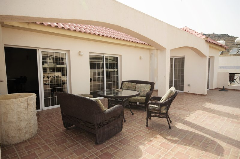 3 bedroom apt with huge balcony, 5' drive from the beach, alquiler vacacional en Oroklini