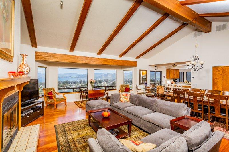 Een grote kamer met een geweldig gevoel van ruimte, comfort en gemak