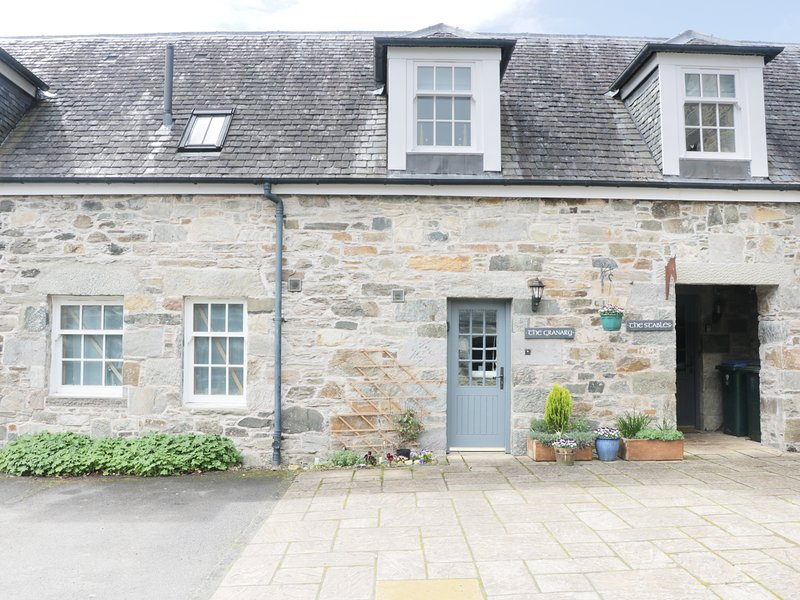 THE GRANARY, open-plan, near Tay Forest Park, WiFi, Ref 974157, alquiler vacacional en Lawers
