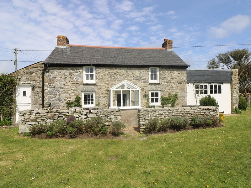 EVERGREEN, beautiful, detached, Grade II listed cottage close to coast. Praa, vacation rental in Tresowes