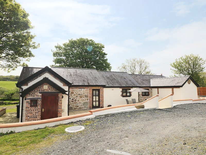 PENTRE BERW, detached barn conversion, WiFi, private patio with BBQ, in Pentre, casa vacanza a Gaerwen